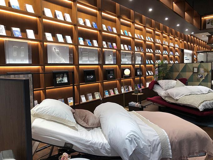 ベッドや睡眠に関する書籍などが展示されている「パラマウントベッド眠りギャラリーTOKYO」