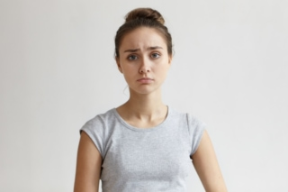 困っている表情の女性の画像