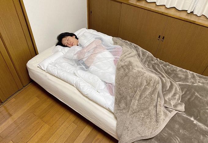 小林かおる先生がうどん布団で寝ている写真
