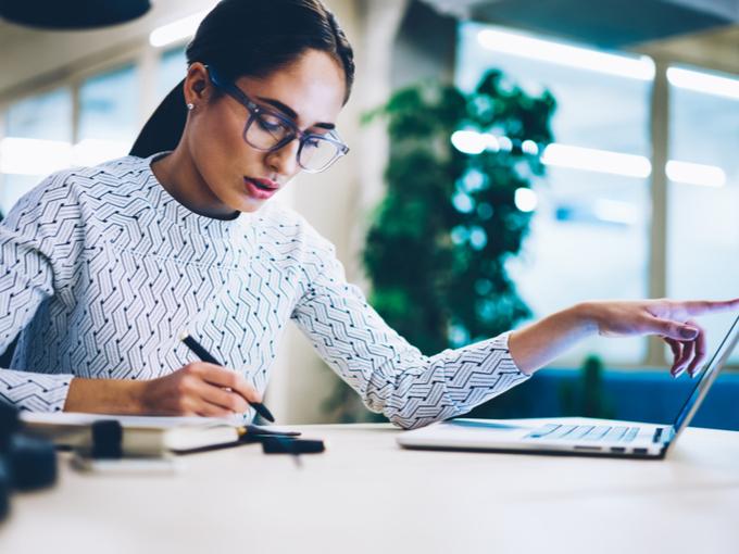 収支をデータ管理する女性