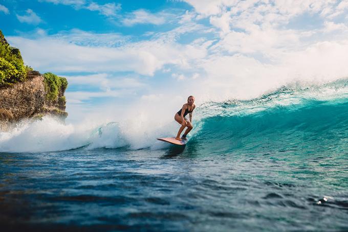 波に乗っている写真
