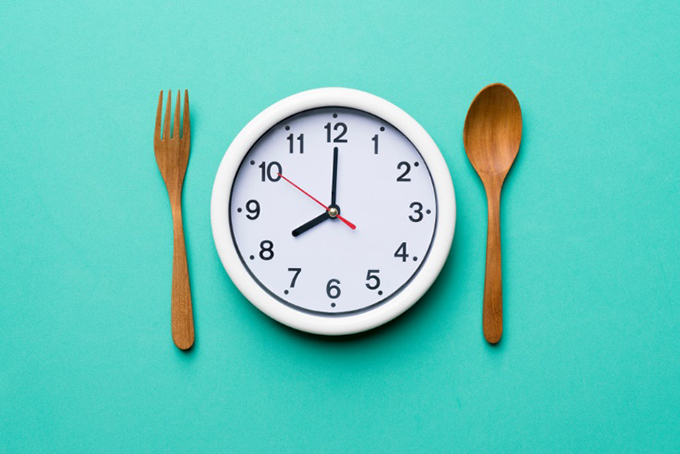 時計とスプーンとフォークの画像