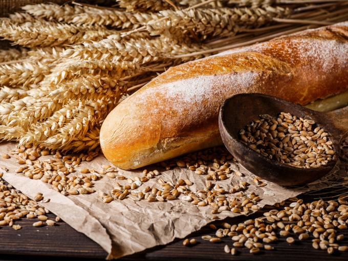 テーブルに並べられたパン