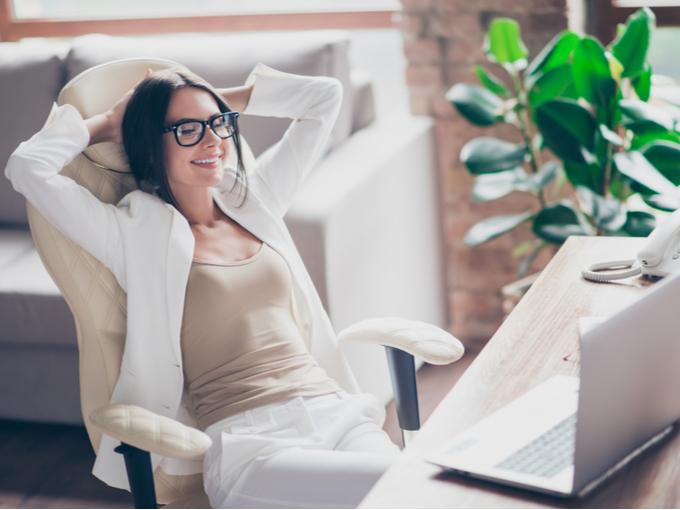仕事の合間にリラックスする女性