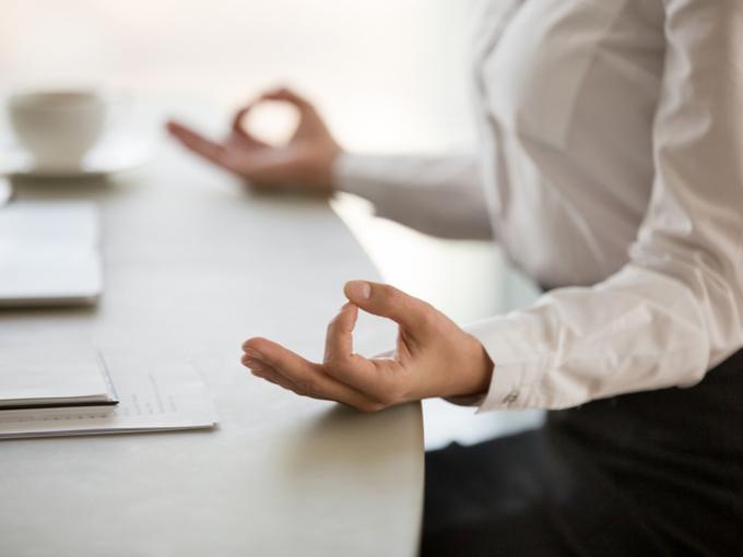 オフィスで瞑想する姿