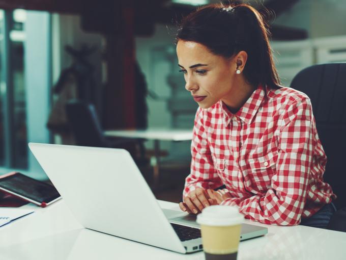 パソコンと向き合い仕事に集中する女性
