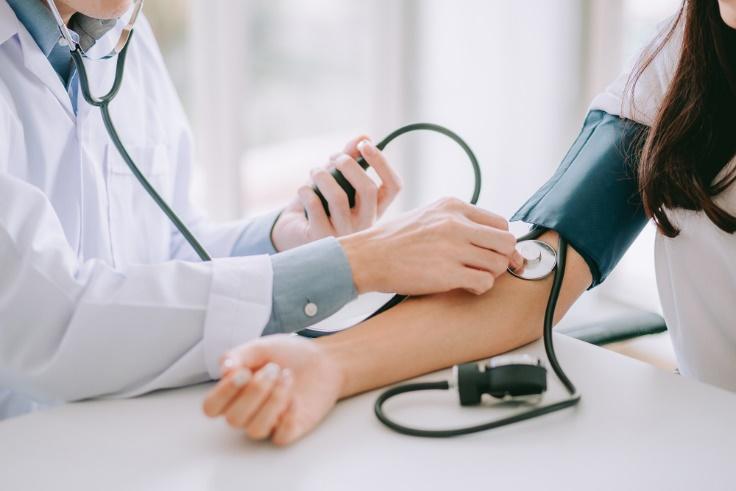 血圧を測っている医師と患者の画像