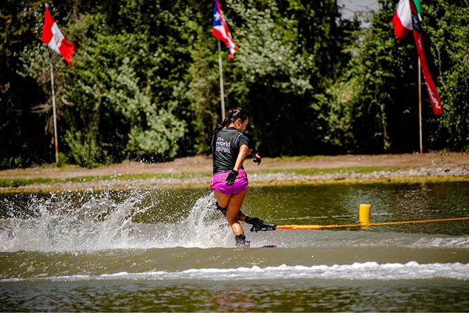 津田選手競技中の写真、水上スキー競技種目トリック