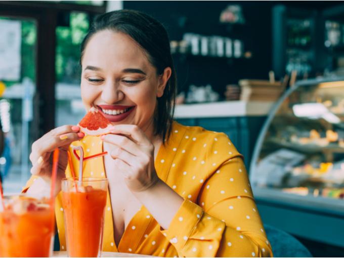 カフェでフルーツを食べる女性