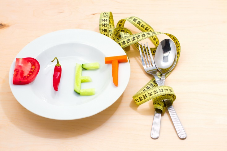 お皿に野菜でダイエットの文字