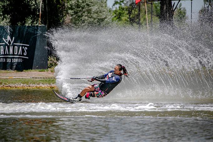 津田選手の水上スキーの写真