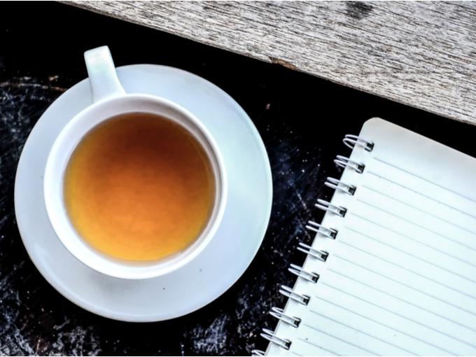 机の上のノートとお茶