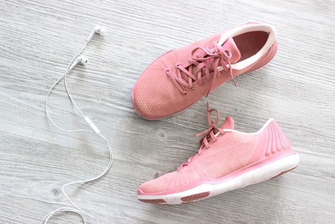 ピンクの運動靴の画像