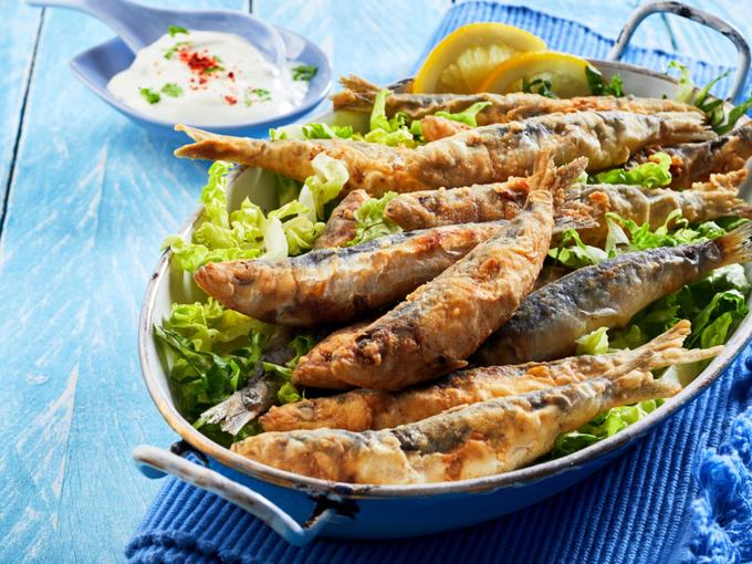お皿に大量に盛られた魚のフライ