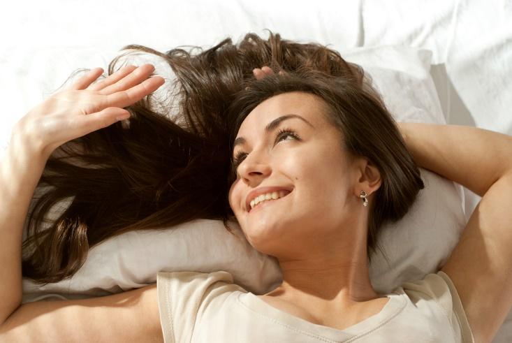 髪を上に広げて寝る女性