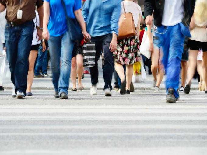 一斉に横断歩道をわたる人々の足元の様子
