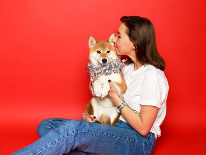 ペットの犬を抱く女性