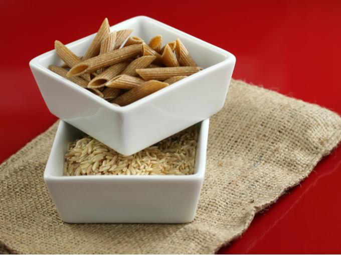 健康的な全粒小麦パスタと玄米