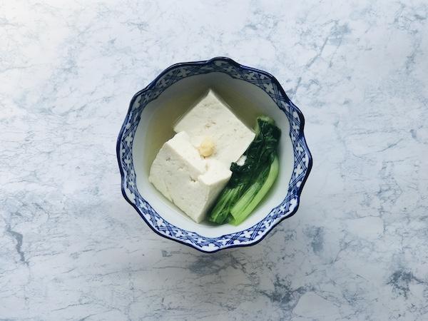 白しょうゆを使って鍋風に仕上げた湯豆腐