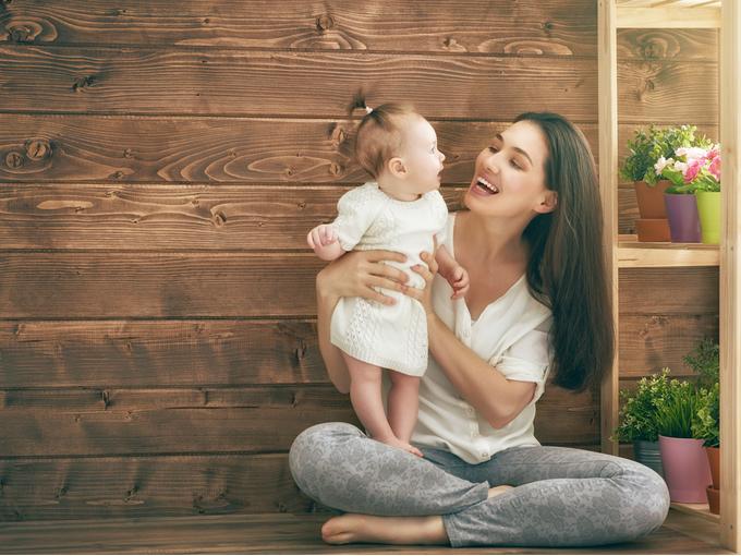 乳児を抱き上げる女性