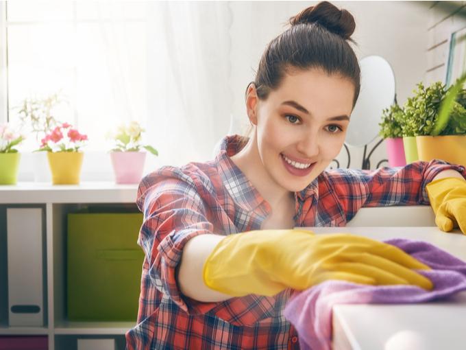 拭き掃除をする女性