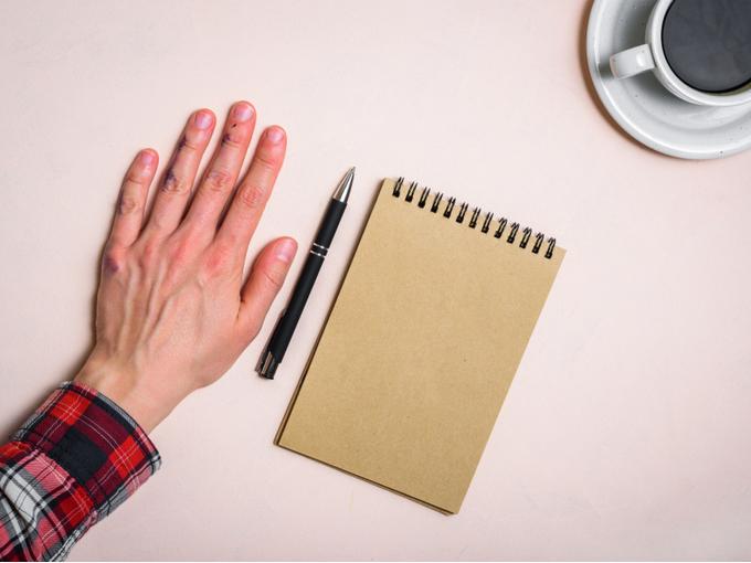 ノートとペンの横に置いた左手