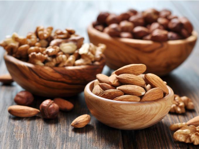 木の器に盛ったナッツ