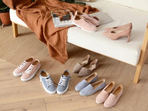 散らばった靴