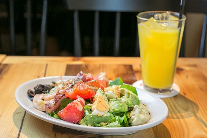 野菜や卵などを使いたんぱく質と野菜が豊富なサラダ