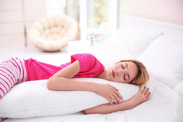 横向き寝で抱き枕を使用
