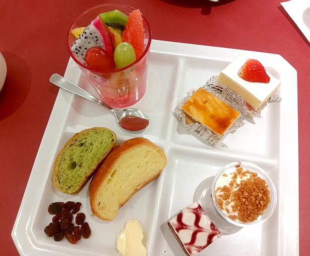 デザートとフルーツを盛ったプレート