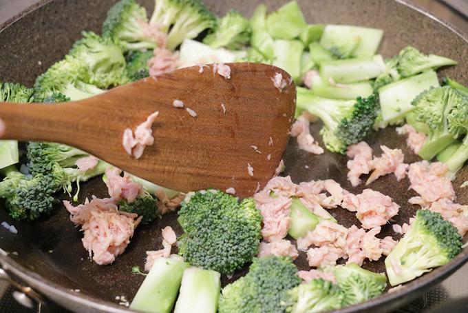 ニンニクを炒めたフライパンにブロッコリーとツナを入れて炒める