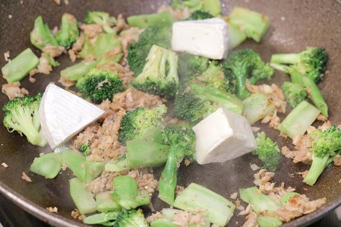 ブロッコリーとツナを入れて炒めたフライパンにカマンベールチーズを入れて味つけ
