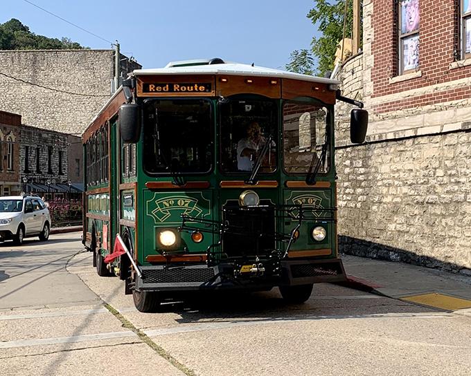 街のなかを走るトロリーバス