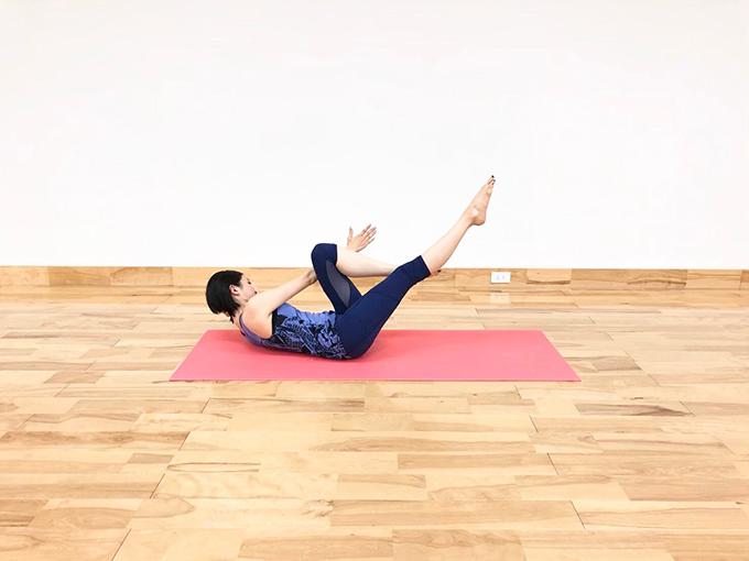 右脚と右腕を伸ばす