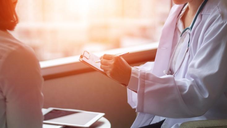 医師と面談する女性
