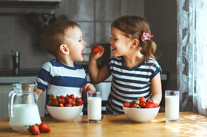 イチゴを食べる子どもたち