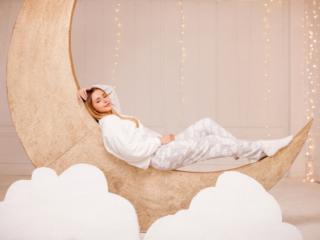 月の上で横になる女性