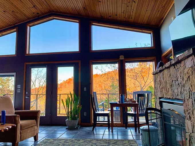 山の景色が見える大きな窓