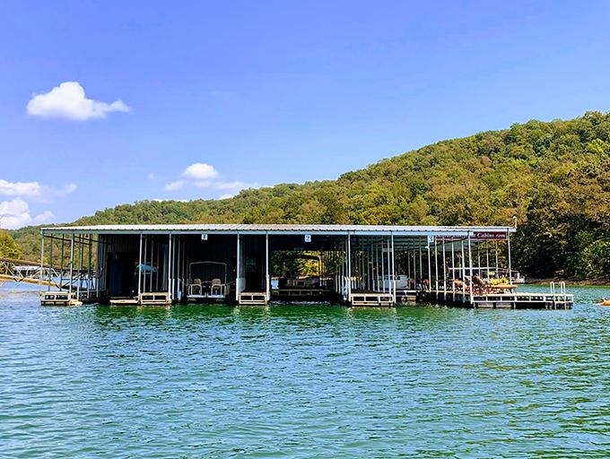 湖畔に完備されたドック