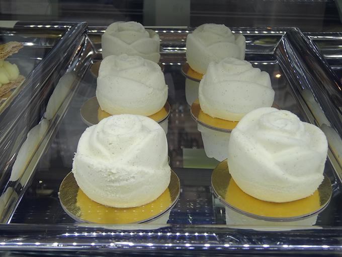 真っ白なシンプルなケーキ