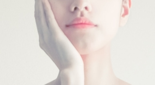 頬に手を当てている女性