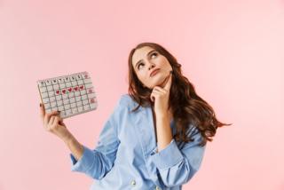 カレンダーを持っている女性の画像
