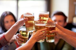 乾杯しているビールグラスのアップ画像