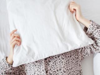 枕の下に潜り込む女性