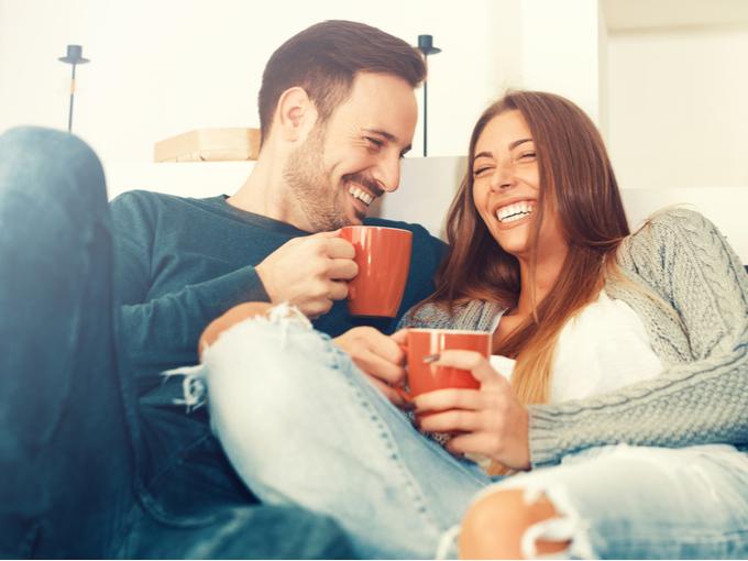 モーニングコーヒーを飲みながら語らうカップル