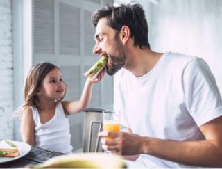 やっぱりヘルシーな食事が大事! 若い世代ほど、「不健康な食事」が体重増加につながりやすい