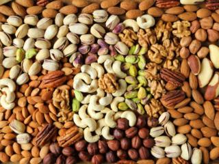 さまざまな種類のナッツ