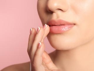 リップクリームは縦塗りが正解! ガサガサ唇を招くNG習慣とは?