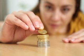 お金を横から見ている写真